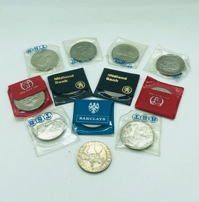Lot 115 - A selection of collectable crown coins including 1933 and two 1935