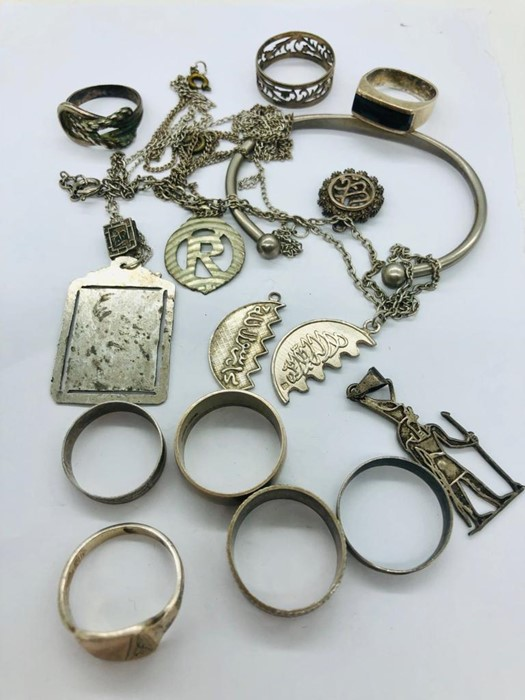 Lot 69 - A selection of silver jewellery