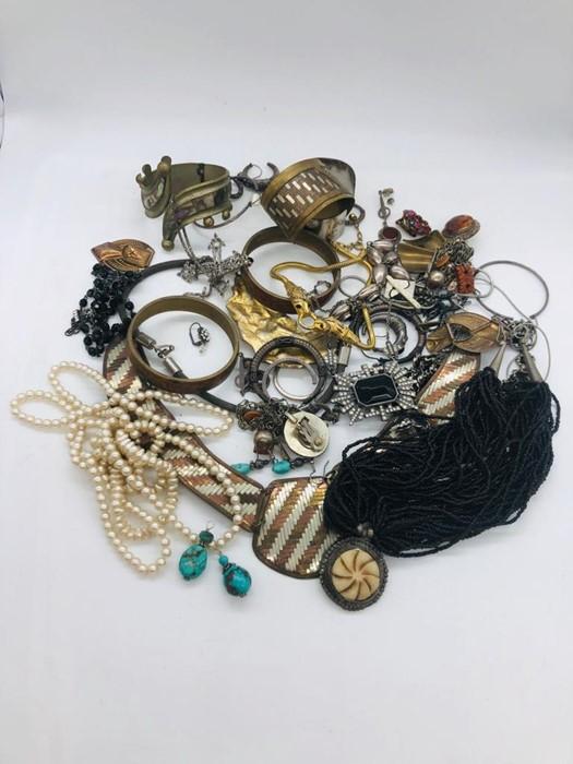 Lot 75 - A volume of Costume jewellery