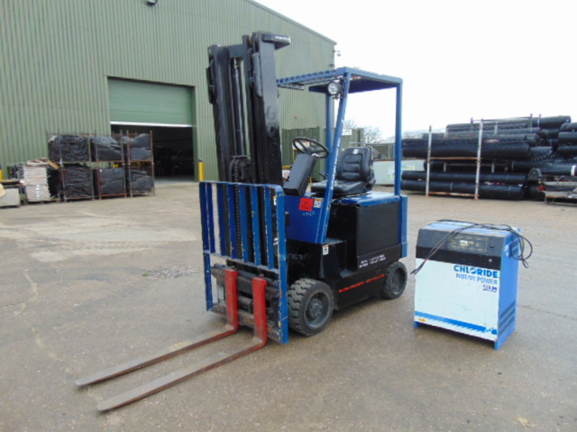 Lot 26 - Hyster E2.50 XL Electric Fork Lift Truck c/w Battery Charger