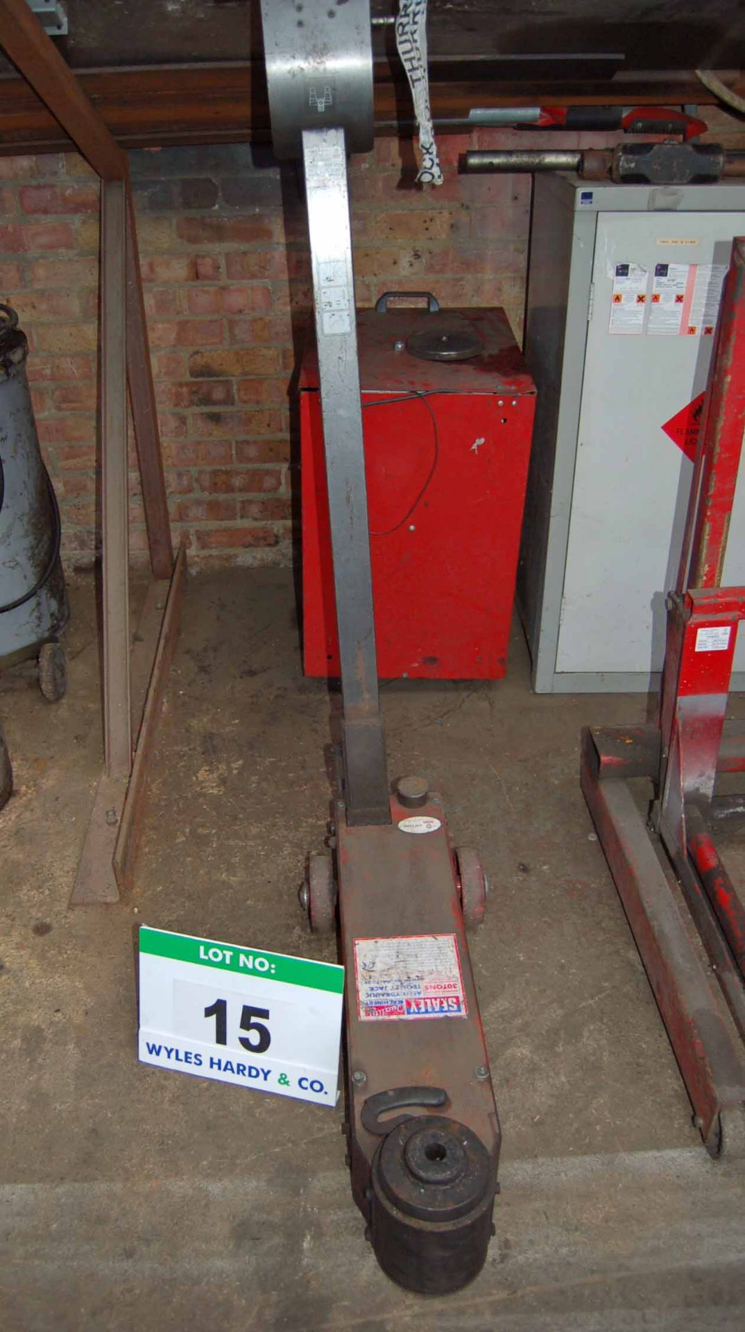Lot 15 - A SEALEY MAJ15-30 30-Ton capacity Pneumatic-Hydraulic Mobile Trolley Jack