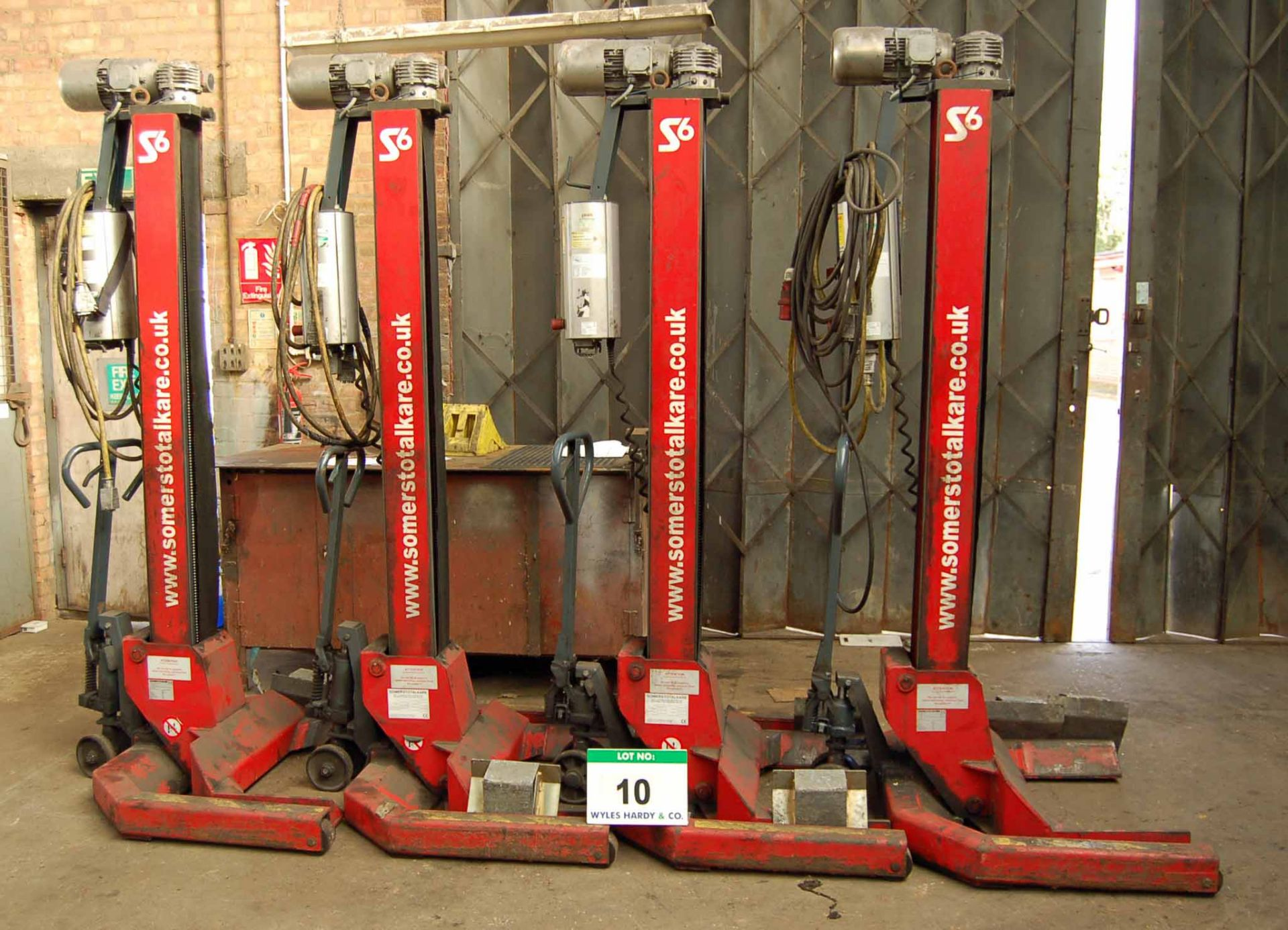 Lot 10 - A Set of Four SOMERS RGE56 7000Kg capacity Commercial Vehicle Mobile Column Vehicle Lifts with