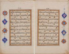 Koran -Zwei Koranblätter auf gewalztem Büttenpapier aus einer persischen Handschrift. Iran, wohl 17.