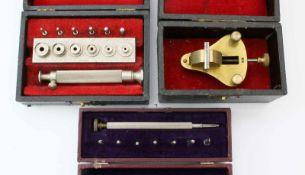 Kleinwerkzeuge für Uhrmacher1.) Federwinder für Armbanduhren in Etui. 2.) Fassungsöffner &