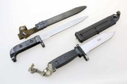 DDR - 2 Bajonette1x Bajonett zur Kalaschnikow AK47. Gekehlte Dolchklinge. Eiserne Scheide, an Gewebe