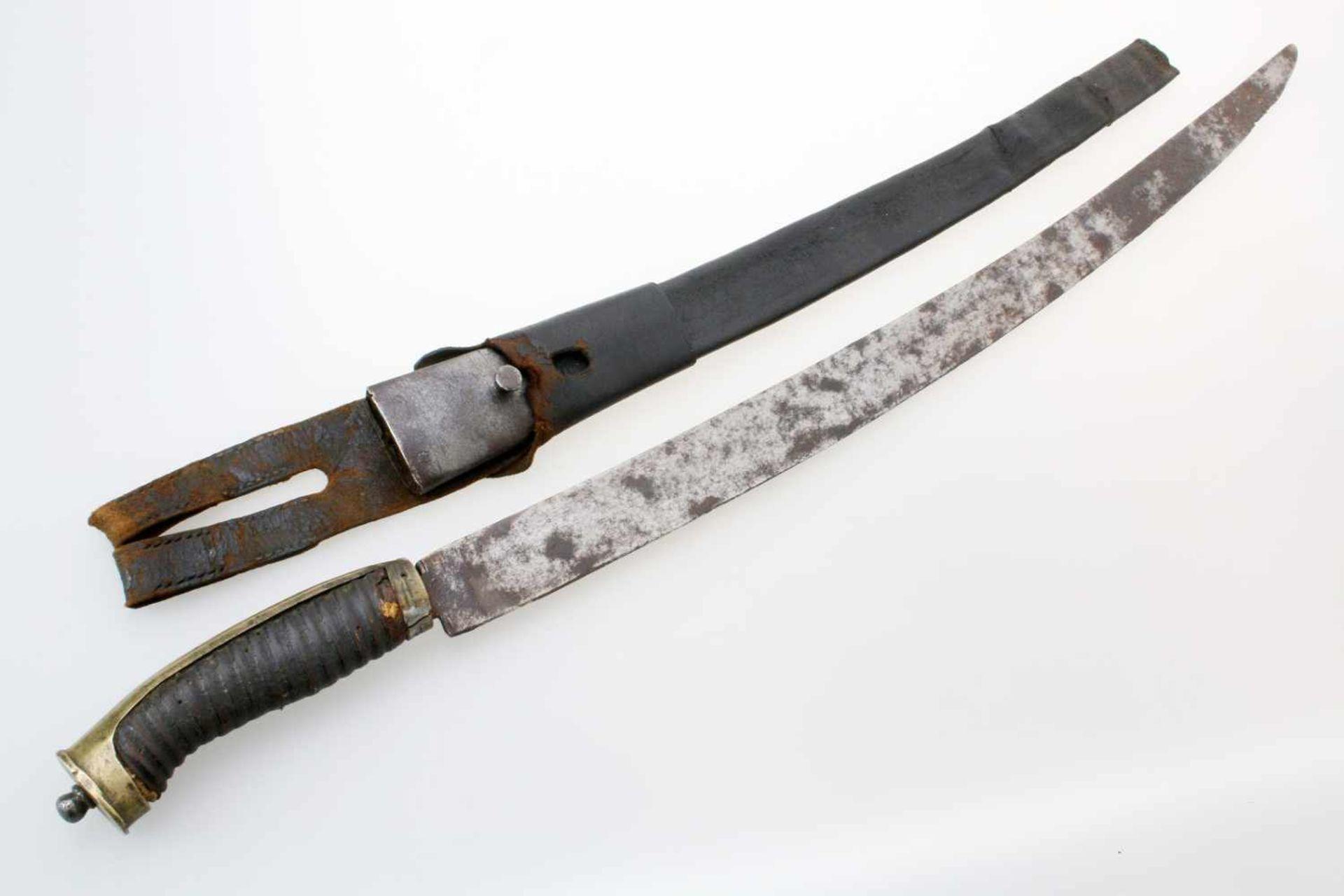 Grenadier-Säbel um 1800Leicht gekrümmte Rückenklinge. Die belederte Holzhilze messingmontiert.