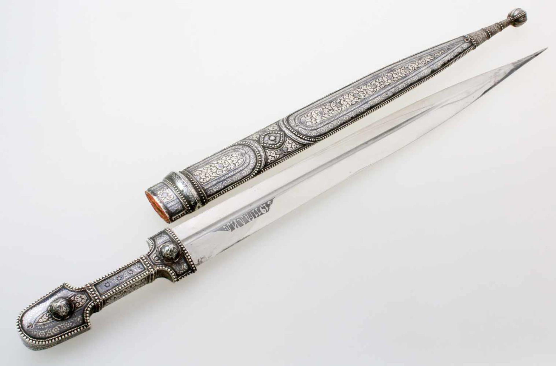 Kaukasus - Silbermontierter Kindjal - datiert 1911Beidseitig gekehlte, zweischneidige Klinge.