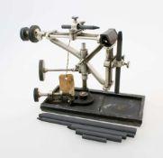 Kohlebogenlampe Müller & Wertig Dresden um 1900Gusseiserne Grundplatte, diese signiert mit