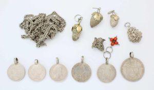 Konvolut silberne Anhänger und Kette6 Münzen 18. und 19. Jahrhundert, 3 Beerenanhänger, 2x