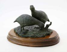 """Bronzeplastik """"Wachtelpaar"""" - R. Odagled - 20. JahrhundertVogelpaar auf Naturplinthe, diese auf"""