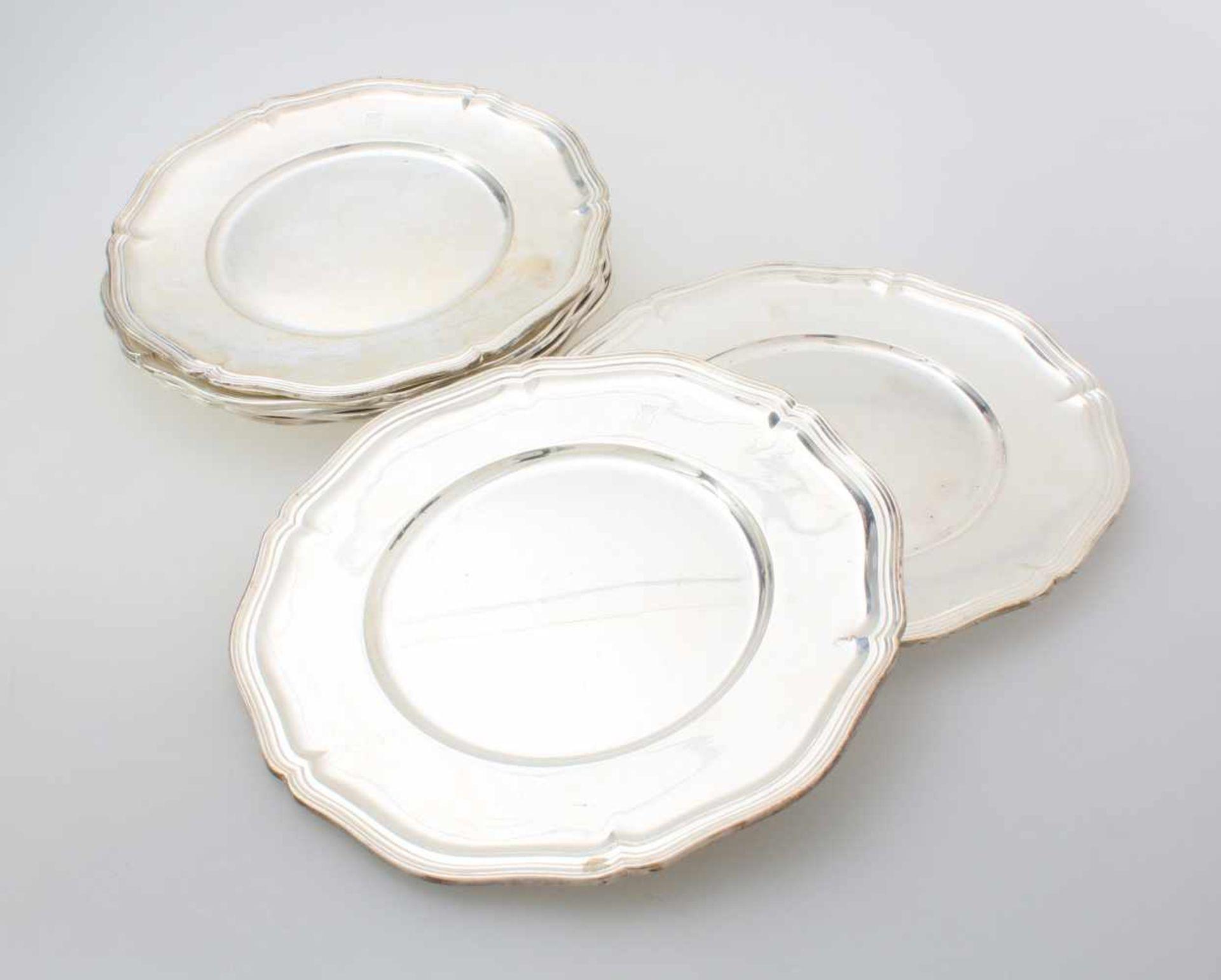 8 silberne Teller mit Wappengravur - Wilkens835er Silber, mehrpassiger und kannelierter Rand,