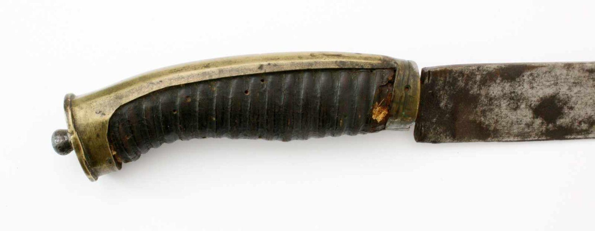 Grenadier-Säbel um 1800Leicht gekrümmte Rückenklinge. Die belederte Holzhilze messingmontiert. - Bild 3 aus 4