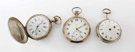 3 Taschenuhren1.) Spindeltaschenuhr Silber; Werkplatine verziert (wohl) alpenländisch), eckige