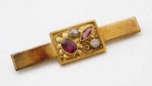 Gelbgold-Brosche mit Diamanten um 1920GG 585, rechteckiger Korpus, besetzt mit 2 Diamanten im