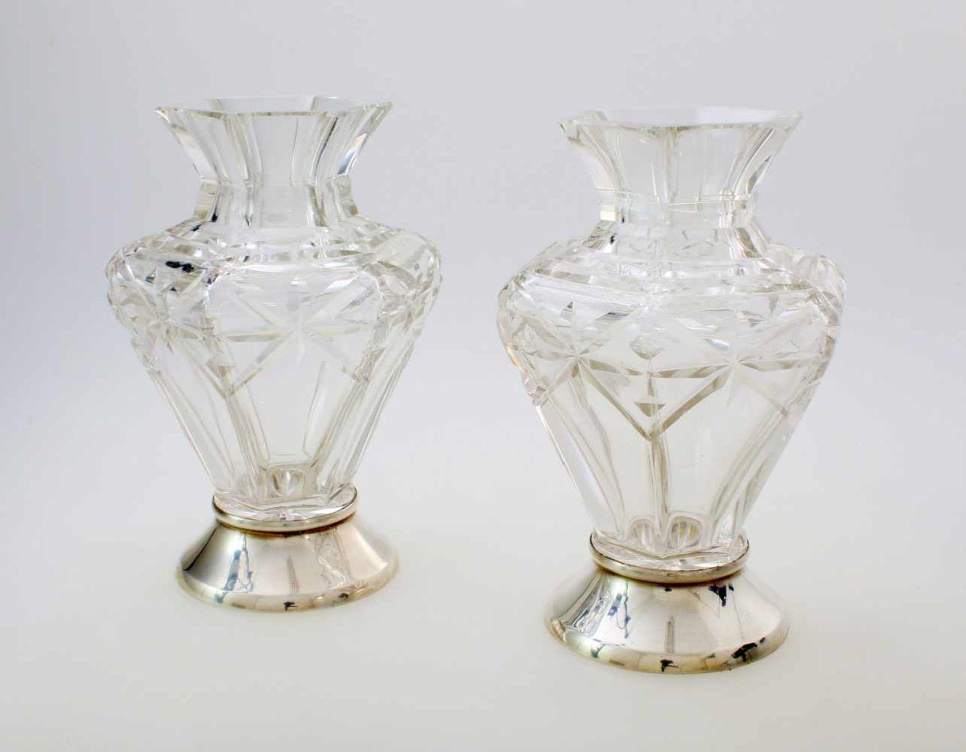 Kristallvasenpaar mit SilberfußFarbloses Kristallglas, ornamental geschnitten, sechseckiger