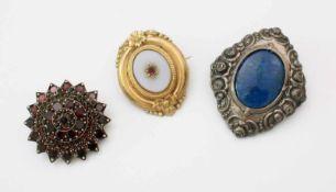 3 Jugendstil Broschen1.) Granatbrosche - Stern, Ø 33 mm. 2.) Silber mit blauen Steinbesatz, Länge: