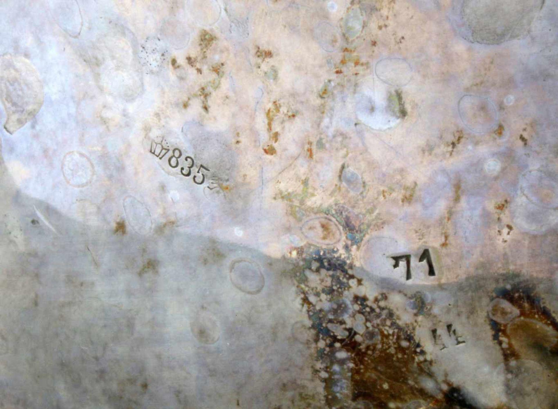 2 silberne Tee- und KaffeekannenBeide Kannen godronierter, bauchiger Korpus, Deckel en suite, - Bild 5 aus 5