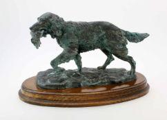 "Bronzeplastik ""Jagdhund"" - R. Odagled - 20. JahrhundertHund trägt Vogel im Fang, auf Naturplinthe,"