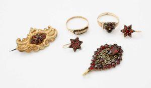 Konvolut historischer GranatschmuckBrosche, 2 Ringe, Ohrring als Sterne, Anhänger, Anhänger wohl