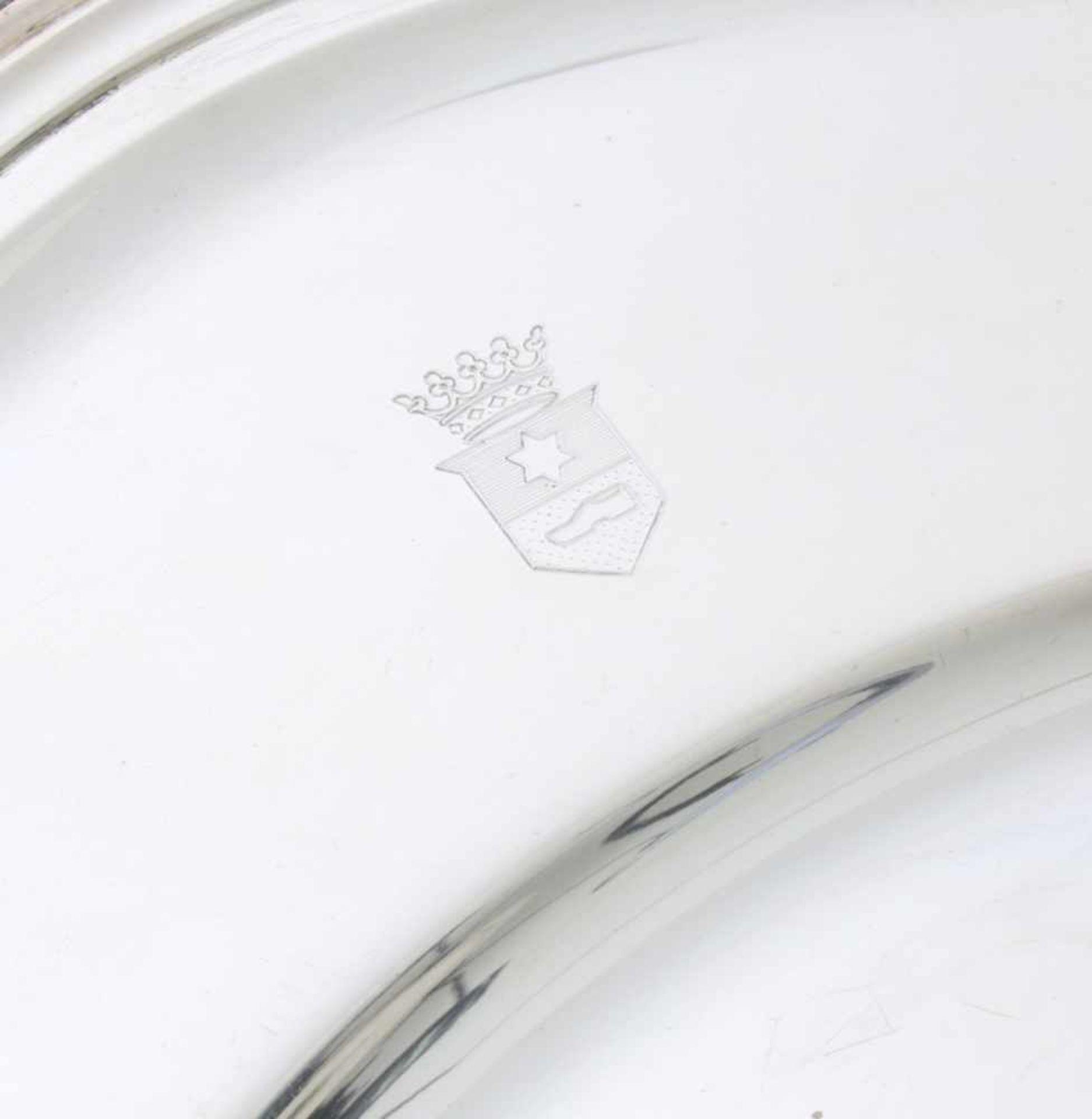 8 silberne Teller mit Wappengravur - Wilkens835er Silber, mehrpassiger und kannelierter Rand, - Bild 2 aus 3