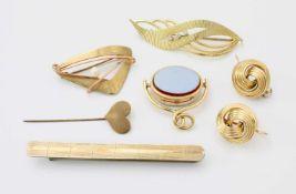 Konvolut GoldschmuckBrosche mit 3 Safiren besetzt, GG 585, Gew.: 6 g.; Brosche mit Perle, GG/RG 333,
