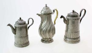 3 Zinnkannen - Empire / Biedermeier2 Kaffee- bzw. Mokkakannen, Empire um 1800. Die konischen