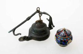 Historische Öllampe und Cloisonné TiegelchenGusseiserne Lampe mit Aufhängehaken mit Fett oder Öl