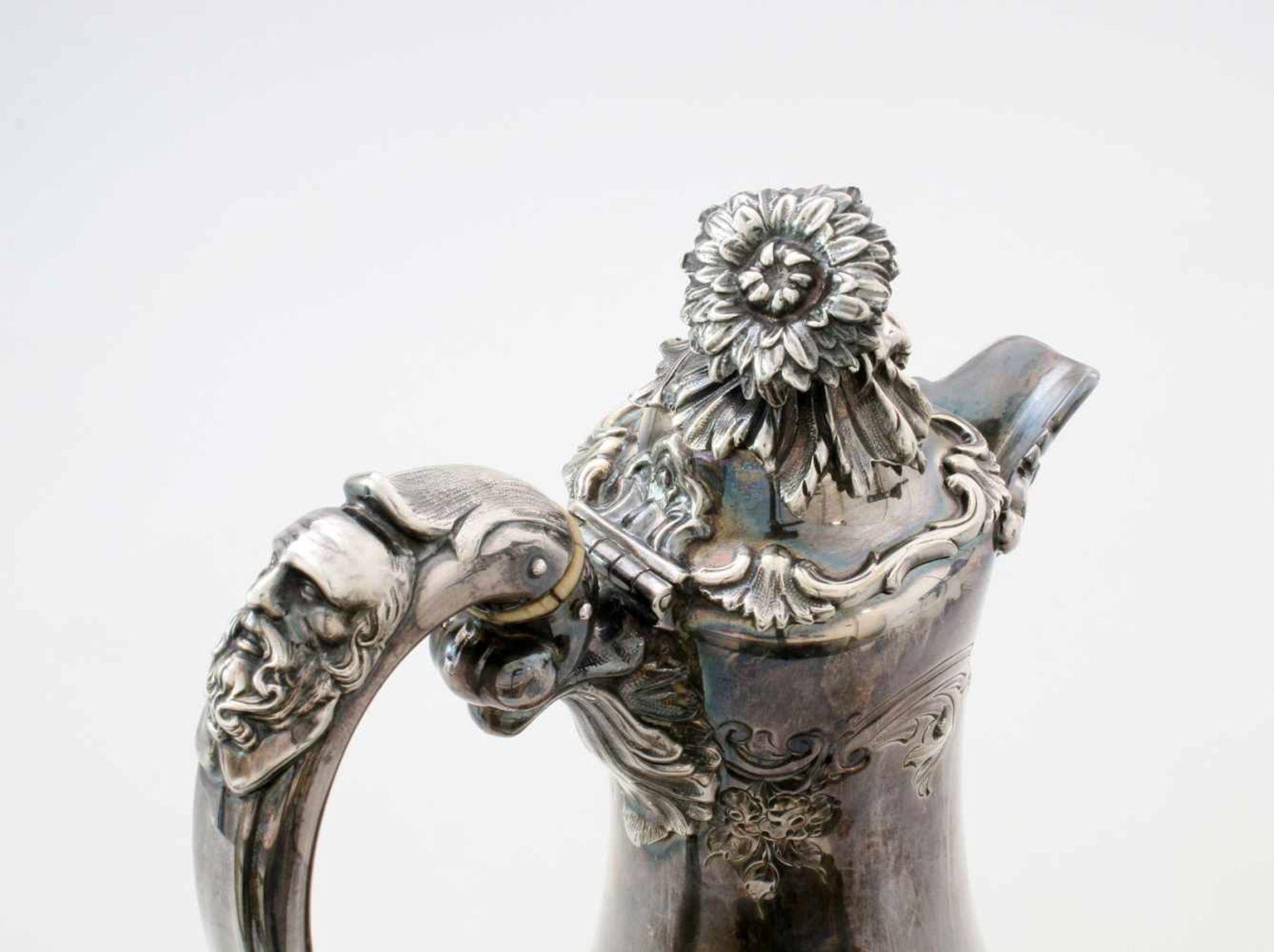 Versilberte Kanne - W&G Sissons Sheffield - 19. JahrhundertIm Fuß Glockenmarke von Sissons, - Bild 3 aus 5