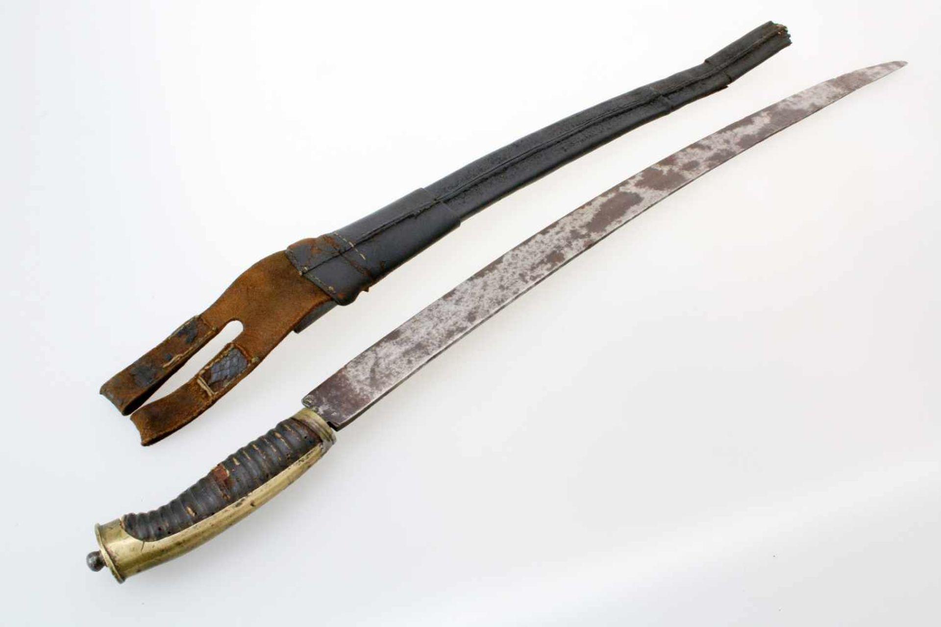 Grenadier-Säbel um 1800Leicht gekrümmte Rückenklinge. Die belederte Holzhilze messingmontiert. - Bild 2 aus 4