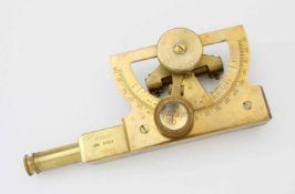 Geodätisches MessinstrumentKleines, in Messing fein ausgeführtes Nivellier-/Winkelmessgerät,