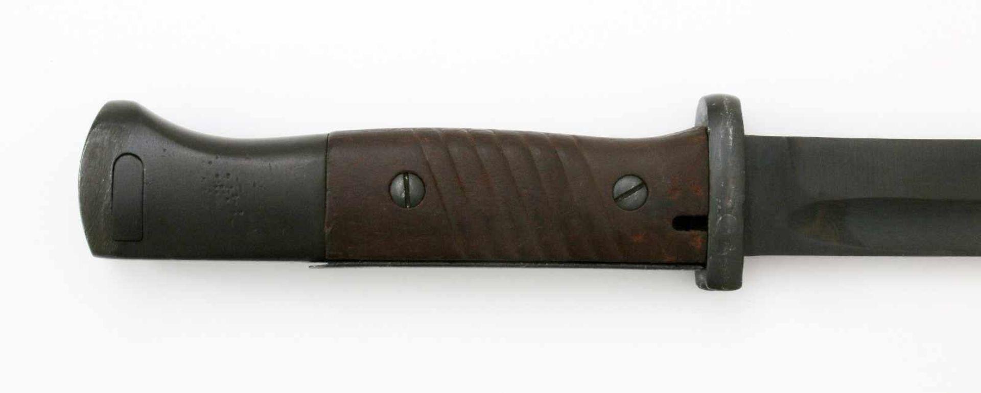 3. Reich - Seitengewehr 84/98 3. ModellGekehlte Rückenklinge, Parier benummert, undeutlicher Stempel - Bild 4 aus 4