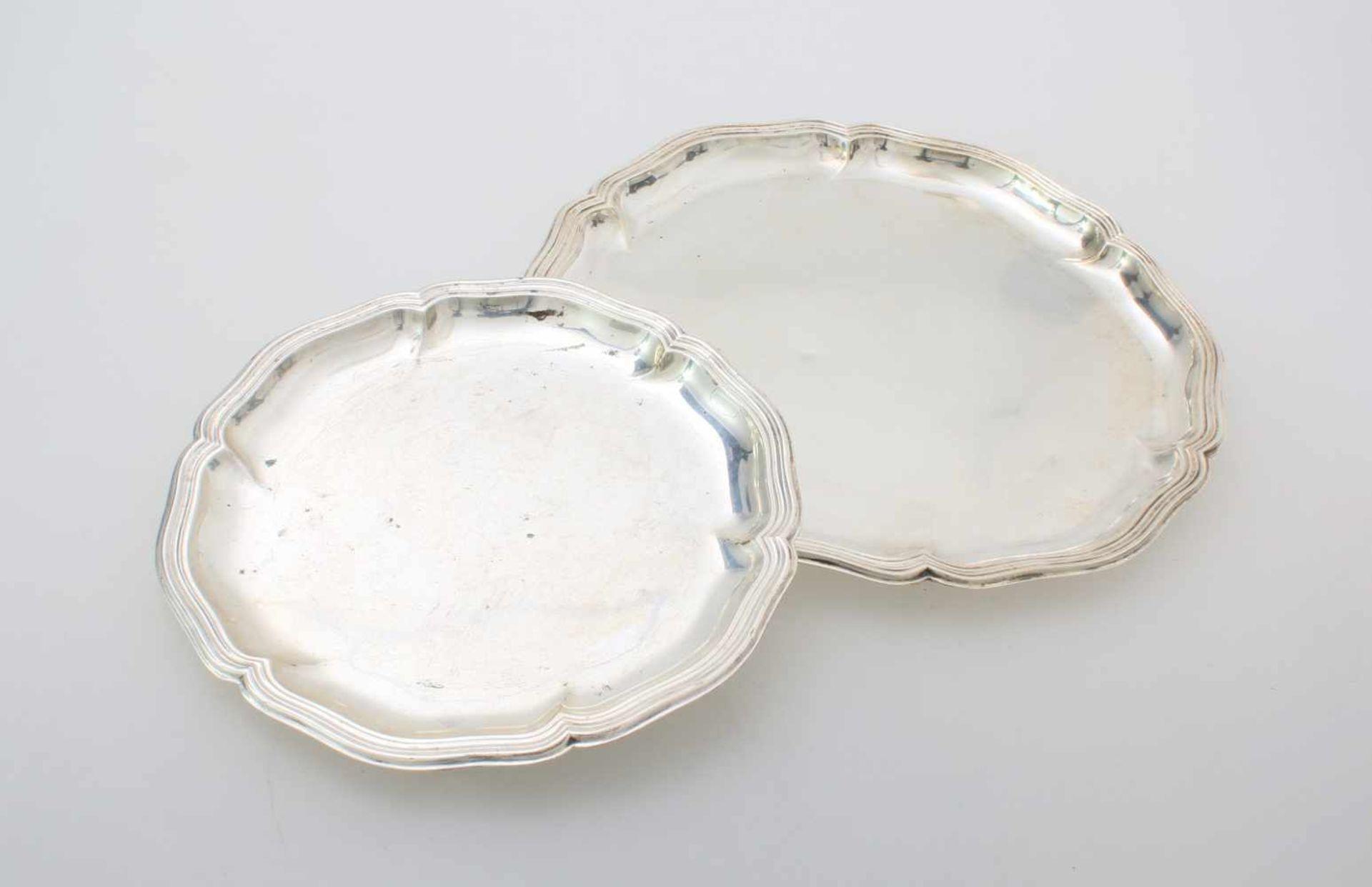 2 SilbertablettsVielpassiger, kannelierter Rand, mehrfach getreppt, Ø 18 und 24 cm, Gew.: 365 g,