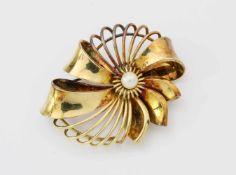 Gelbgrold-Brosche mit PerleGG 585, Brosche als Blüte, mittig Perle, Ø 46 mm, Gew.: 14,8 g.