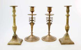 2 Paar Messingleuchter um 19001 Paar mit quadratischen Sockel konisch aufsteigend, Balusterschaft; 1