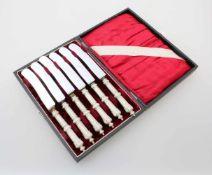 6 silberne Messer um 1900800er Silber, im Originaletui. Länge: 21,5 cm.