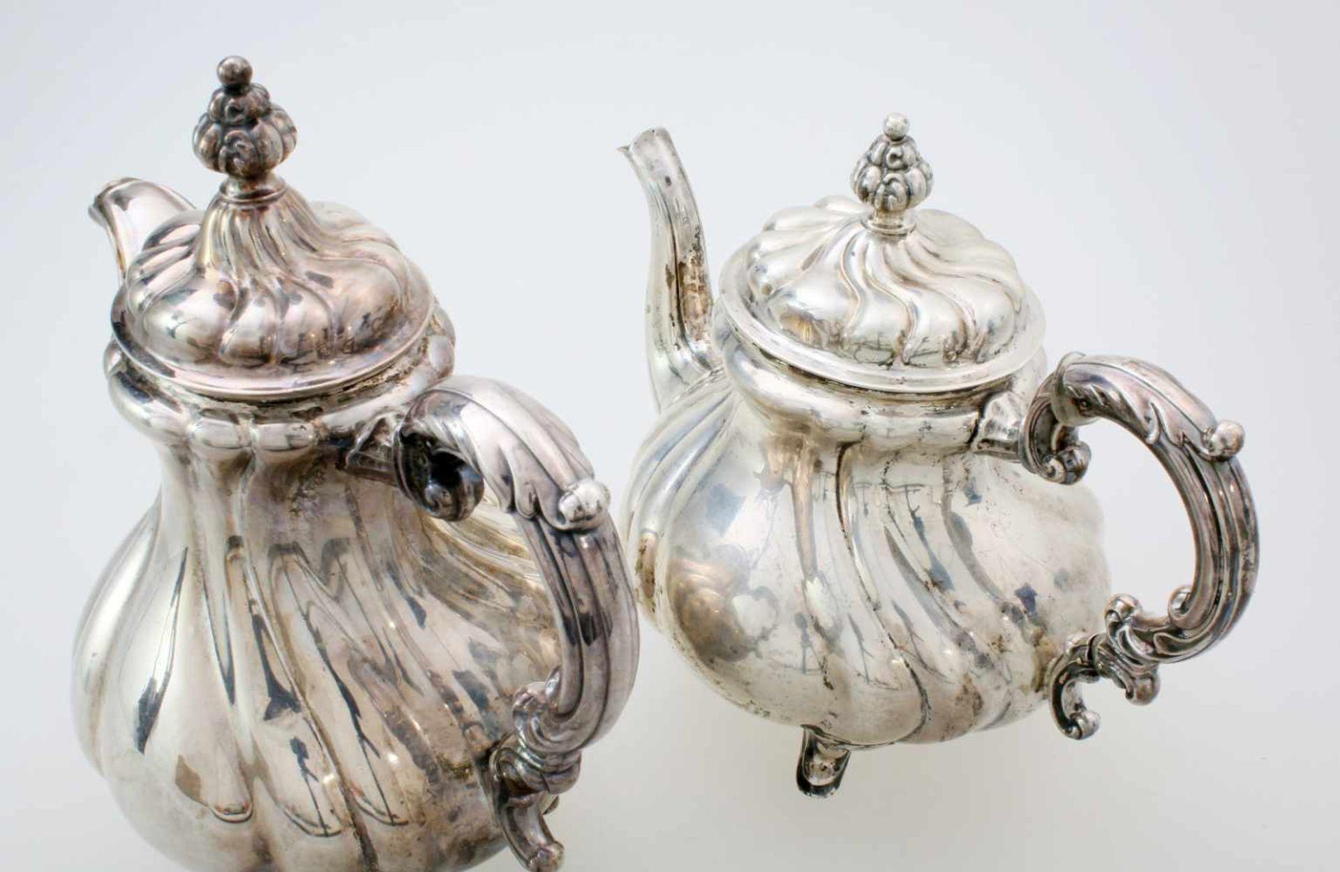 2 silberne Tee- und KaffeekannenBeide Kannen godronierter, bauchiger Korpus, Deckel en suite, - Bild 3 aus 5