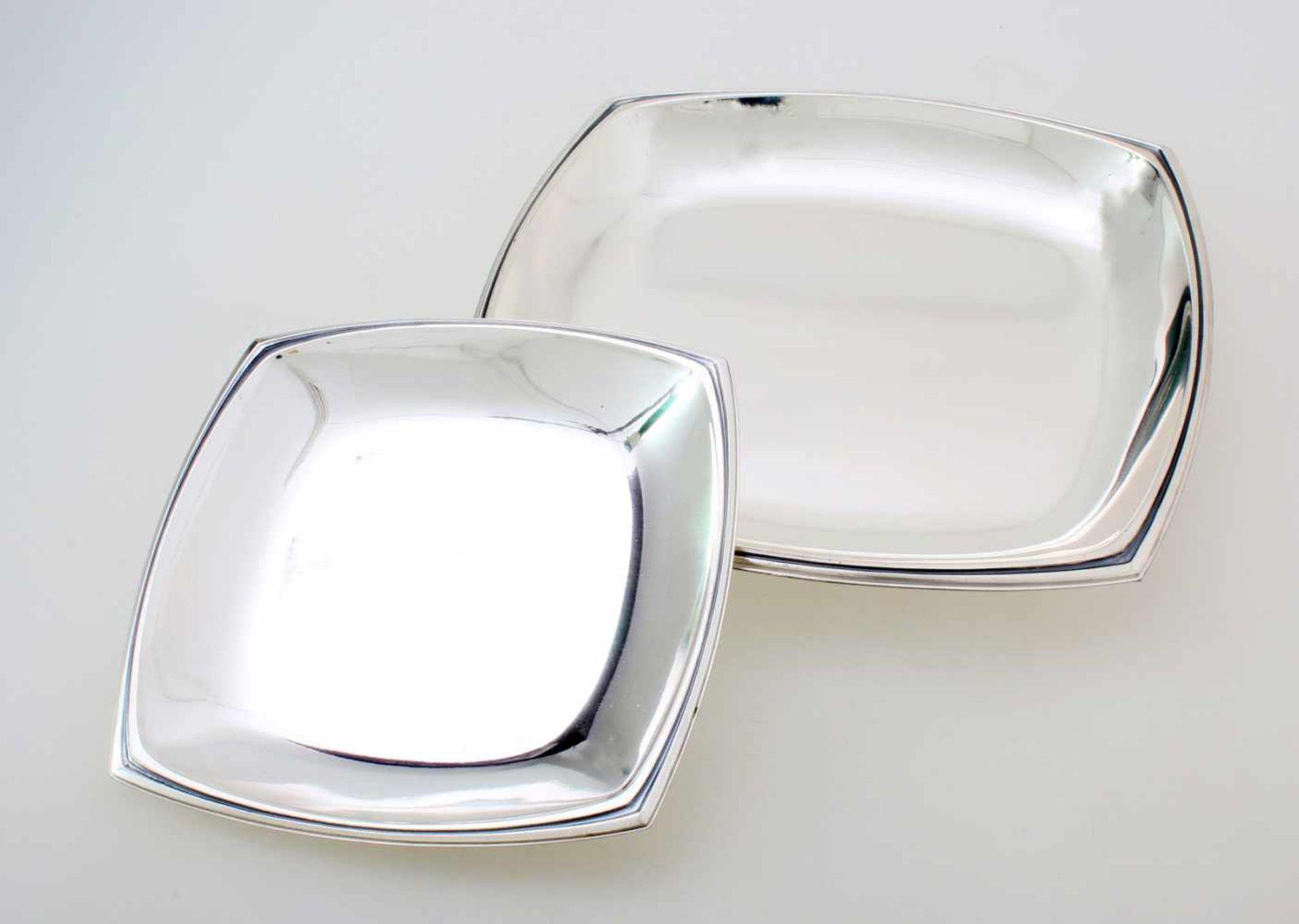 2 quadratische Silbertabletts925er Silber, kannelierter Rand, unbenutzt. Maße: 25 x 25 cm und 18 x
