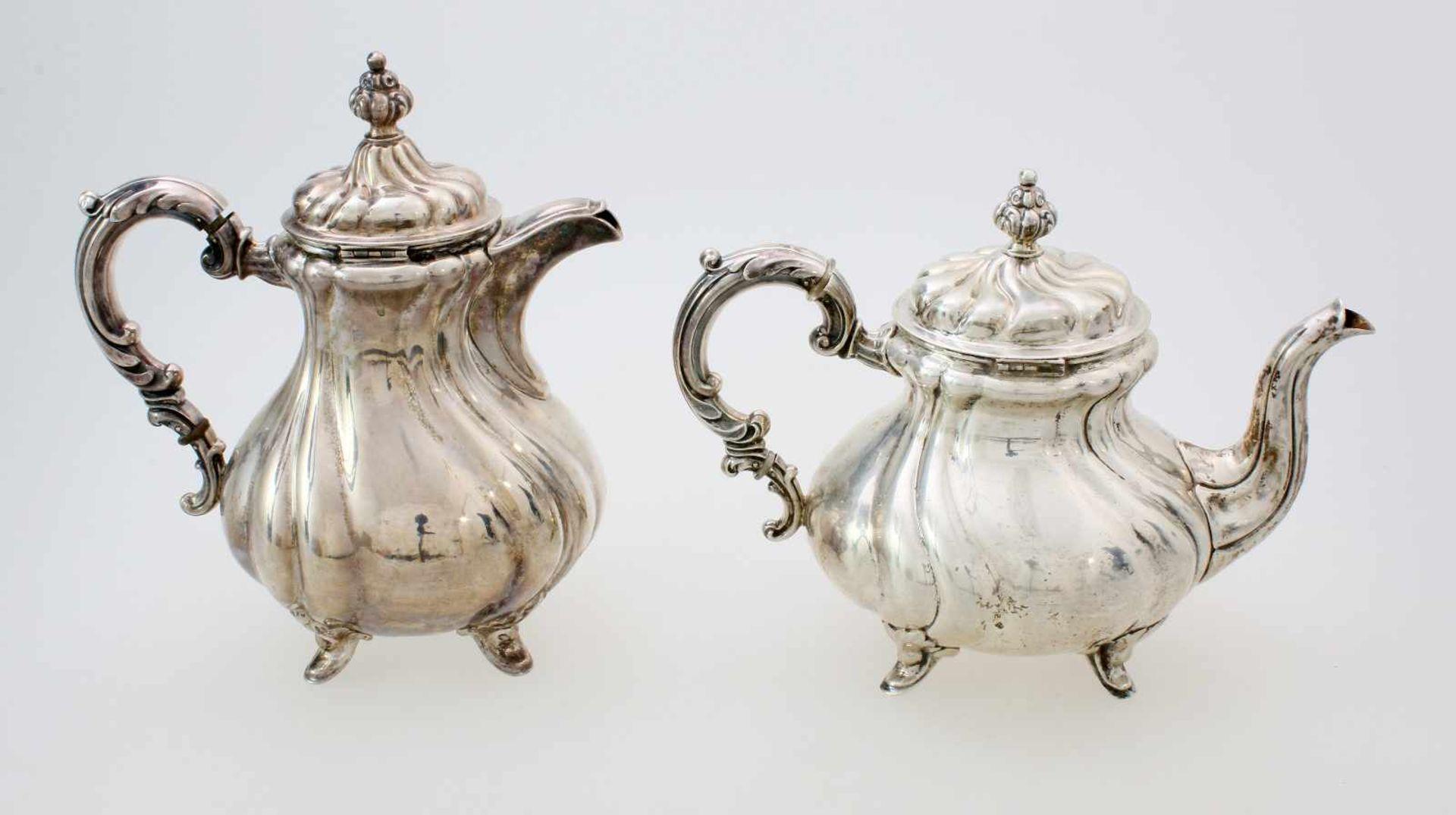 2 silberne Tee- und KaffeekannenBeide Kannen godronierter, bauchiger Korpus, Deckel en suite, - Bild 2 aus 5