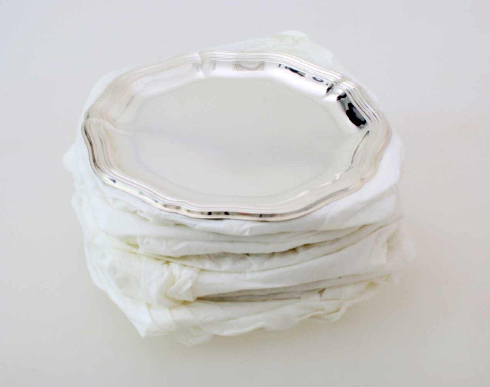 12 Silberteller925er Silber, mehrpassiger und kannelierter Rand, unbenutzt, Ø 18 cm, Gew. zus.: 1980
