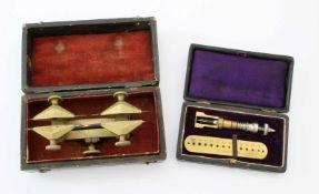 Kleinwerkzeuge für Uhrenmacher1.) Eingriffszirkel im Original-Etui. 2.) Fassungswerkzeug im