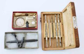 Kleinwerkzeuge für Uhrmacher1.) Schlüssel für Taschenuhren im Holz-Etui. 2.) Ankörn-Gerät in