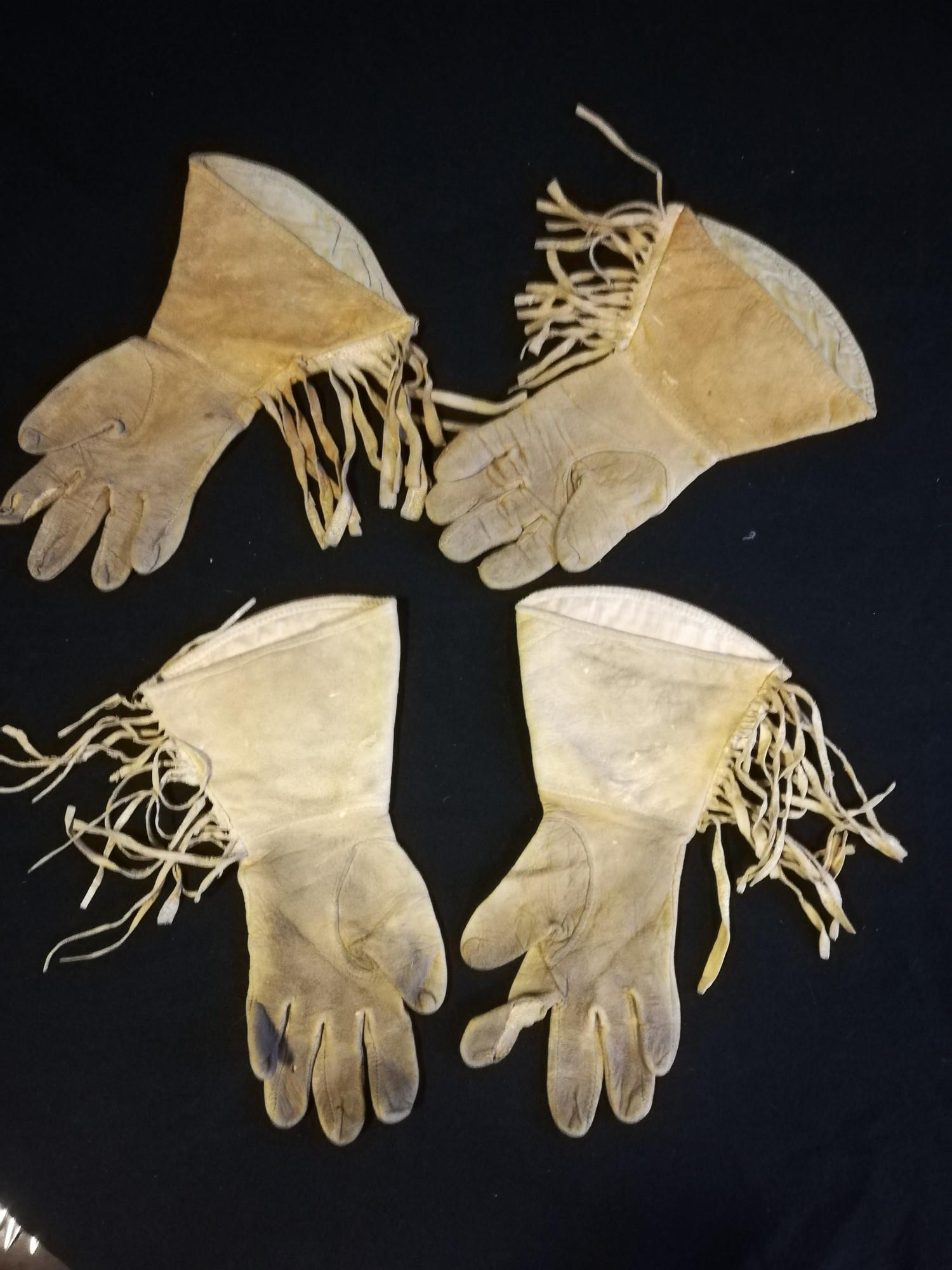 Lot 269 - 2 pairs of native North American Indian gloves with bead decoration