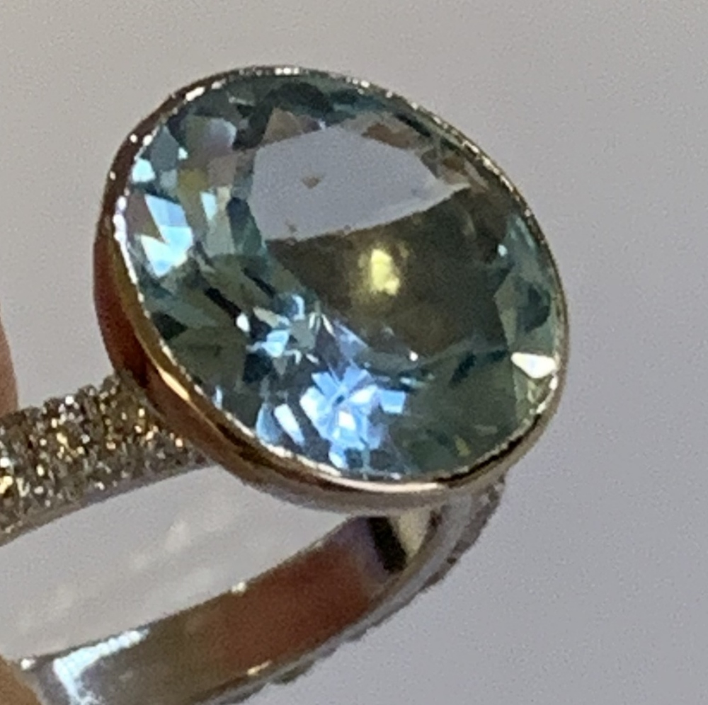 Lotto 2102 - An 18ct white gold blue topaz and diamond ring, the raised collet set topaz weighing approx 5cts
