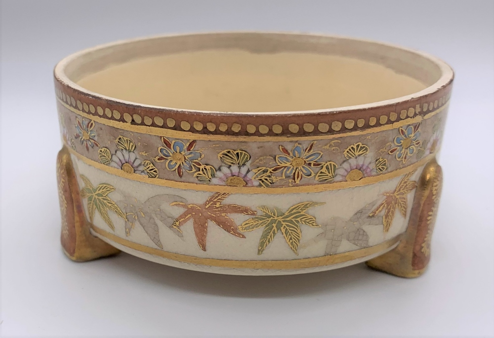 A Japanese Meiji period Satsuma kogo with figures painted to the lid, internal floral sprays and - Image 6 of 9