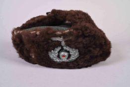 Toque schapka Wehrmacht en drap de laine feldgrau avec rabats en mouton retourné. Cocarde et aigle