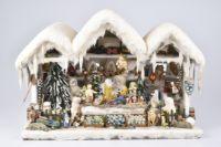 Museumsstück - Weihnachtshaus mit Spieluhr, Erzgebirge, Melodie: 'Am Weihnachtsbaum die Lichter brennen', Holz, 47x25x34 cm, mit weißer Watte beklebt, geschmückt mit Weihnachtsschmuck um 1900, kleine Schneekinder, auf Schlitten, Figuren, Tiere, Erzgebirge Spielzeug, Engel, Tannenbäumen, Glaskugeln, sehr dekoratives Objekt, altersbedingt Z 1