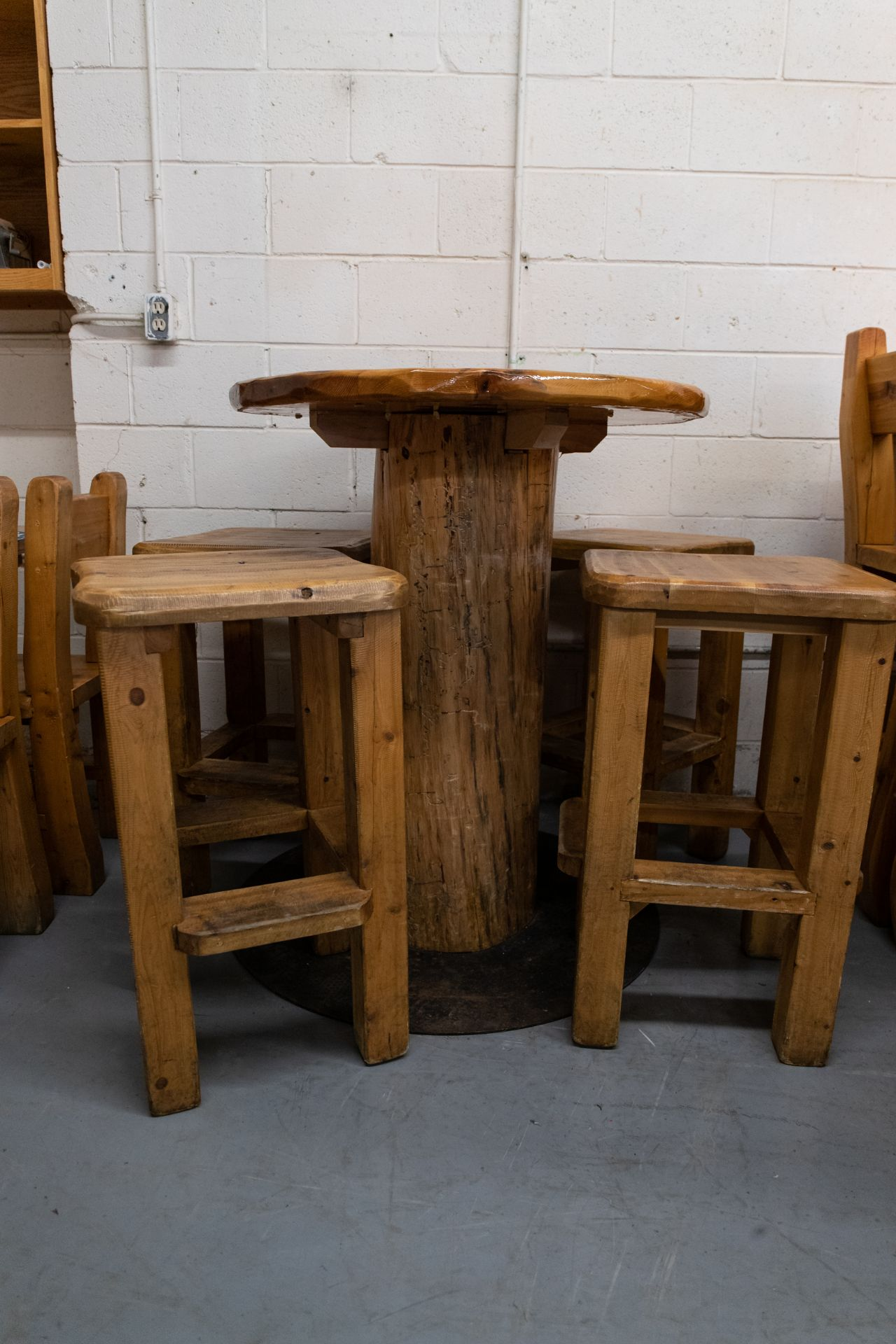 "ROUND WHIITE HIGH TOP PINE PUB TABLE WITH 4 STOOLS - D- 34"" H 42"" - Image 3 of 4"