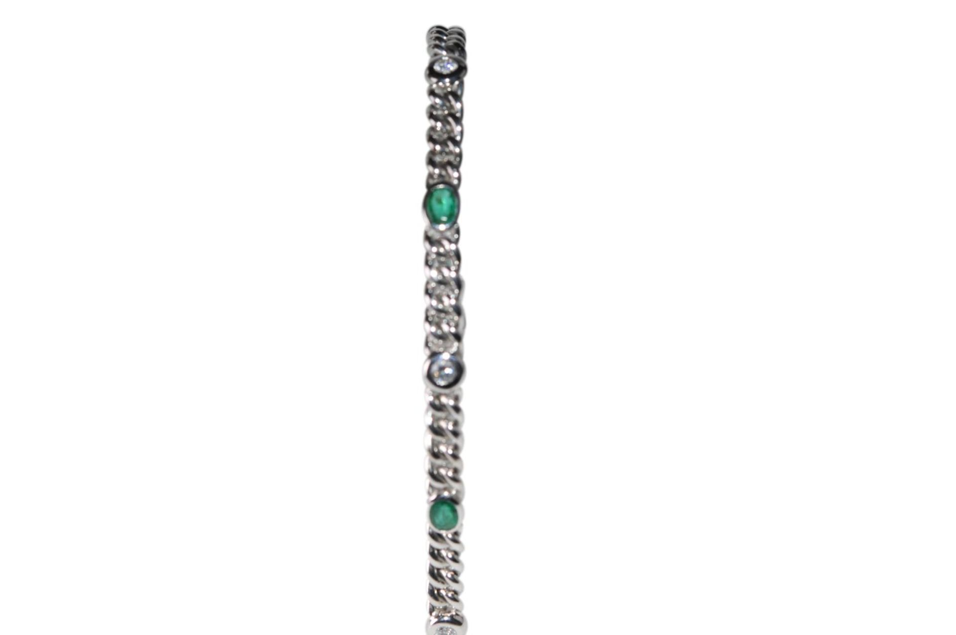 Los 113 - Bracelet18Kt white gold Bracelet with diamonds total carat weight approx. 0.74ct and emeralds,