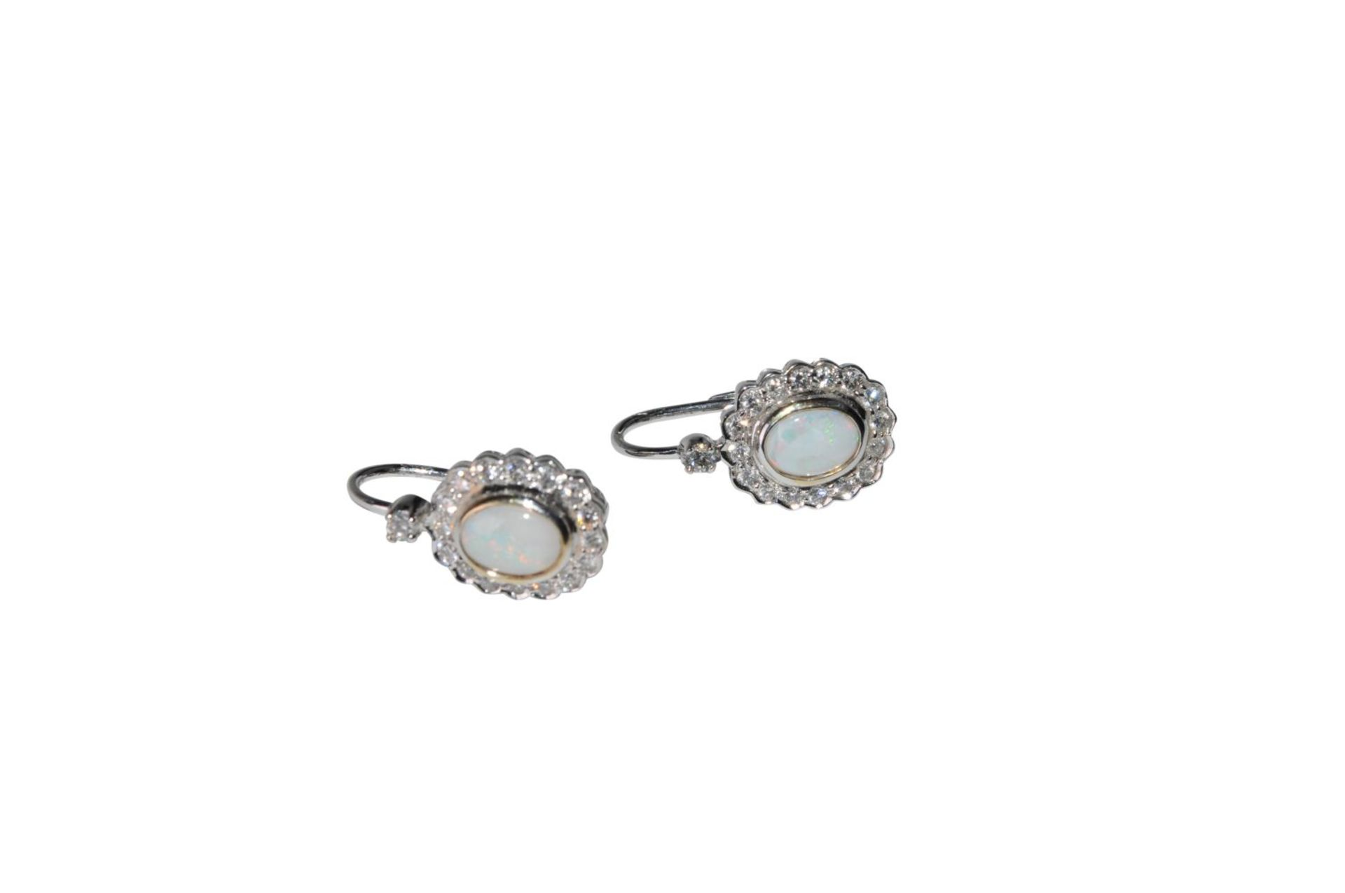Los 106 - Ear clips18Kt white gold Ear-pendants with brilliants total carat weight approx. 0.86ct and one opal
