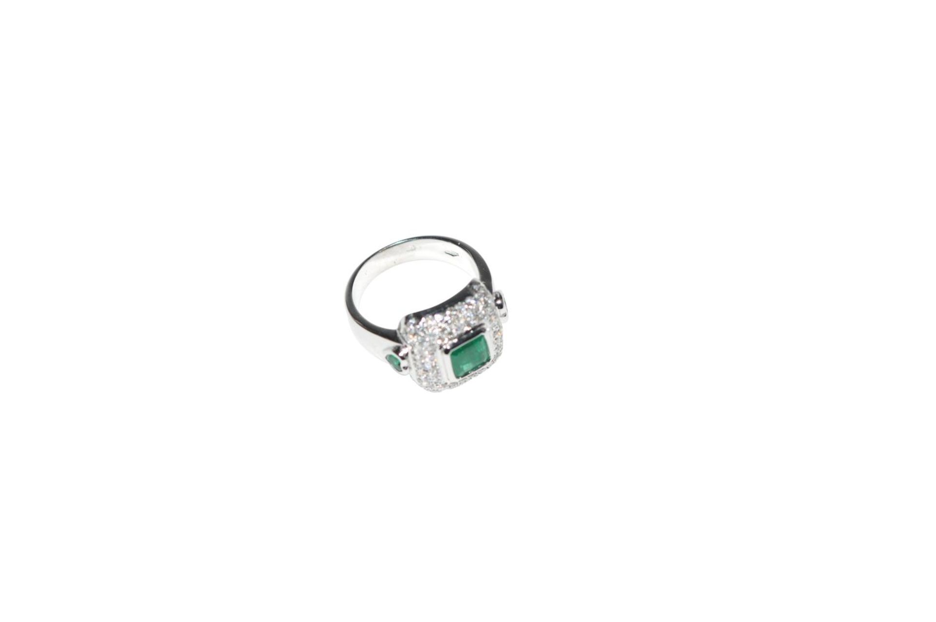 Los 103 - Brilliant ring with emerald18kt white gold ring with brilliants, total carat weight approx. 0.87ct